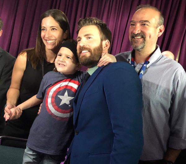《复仇者联盟4》暖男Chirs Evans现实是真英雄 美国队长邀脑癌病童出席首映礼窝心打气